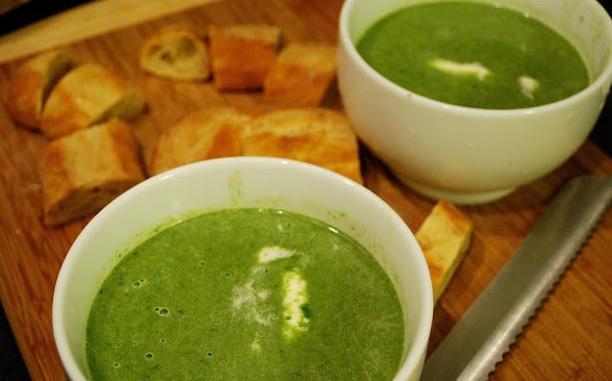Soupe printanière aux fanes de betteraves /roquettes / ail
